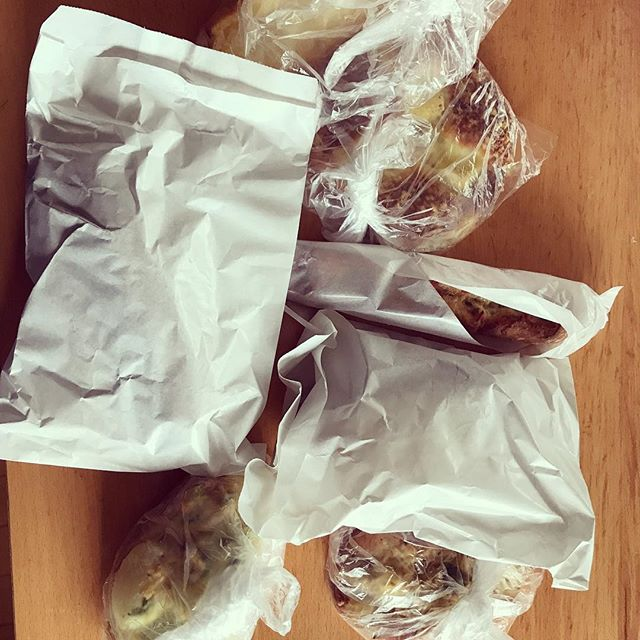 稽古帰りにTeTeでパンを買って帰ったら、ダンナも同じ店でパンを買っていた…。夏のパン祭り状態の我が家です。 (Instagram)