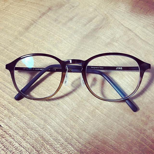 手元を見るメガネ、いわゆる老眼鏡を買いました。店員さんは気を使って「遠視の方は早く老眼に気がつかれる方が多くて」というが。よく見えるようになったのでご機嫌。 (Instagram)