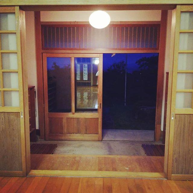 少し早く道場についたので、玄関を箒ではいて涼しい風を入れる。今日も丁寧に稽古しよう。 (Instagram)