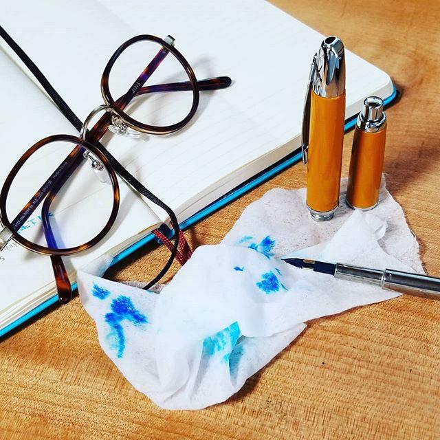 万年筆からインク漏れするのでメンテ。洗う乾かす拭く締める。これで大丈夫かな? (Instagram)