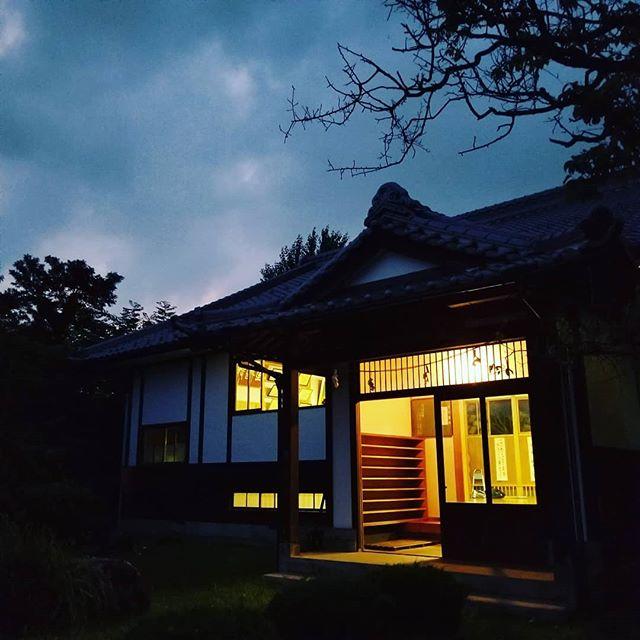 道場を開けるとサウナ状態。窓全開にして風を通す。お掃除しながらちょっと外で夕涼み (Instagram)